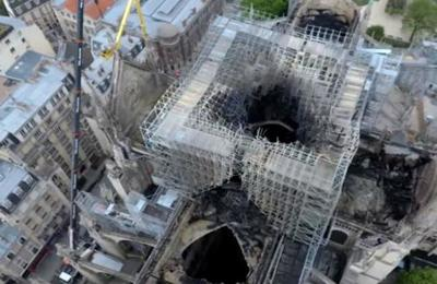 El impactante registro de un dron que sobrevoló Notre Dame después del incendio