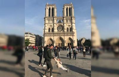 Inmortalizan a padre e hija antes del incendio de Notre Dame y ahora los buscan intensamente