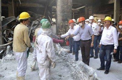 Abdo Benítez lleva su solidaridad a la siniestrada fábrica de Chortitzer