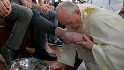 """El papa lavó los pies a doce presos y les animó a """"hermanarse"""" entre sí"""