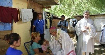 Arzobispo sorprende a damnificados con visita