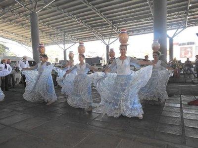 Reciben a turistas con danzas típicas en Ciudad del Este
