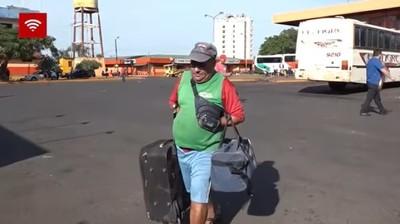 Hombre que perdió las manos trabaja como maletero en terminal