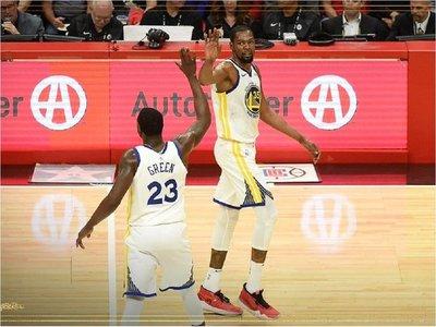 Warriors y Sixers recuperan ventaja de campo