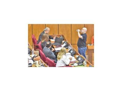 Senado se debate entre levantar sanción a Payo o que jure Franco
