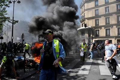 """Disturbios entre radicales y policía en la protesta de """"chalecos amarillos"""""""