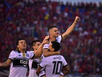 Fiesta franjeada: Olimpia castiga duro a Cerro y acaricia el tricampeonato