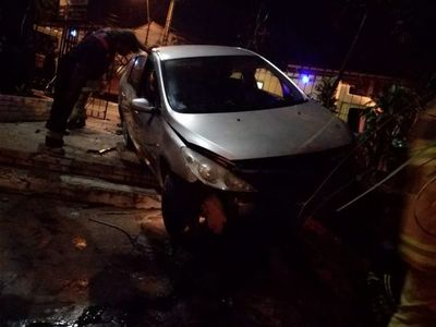 Ebrio al volante derribó portón de la Catedral de San Lorenzo