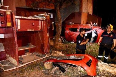 Tras dar ocho vueltas, auto fue a parar contra edificio de Bomberos Voluntarios