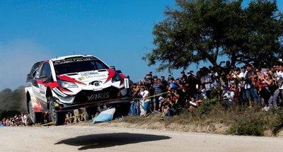 Galanti y Toyotoshi con la bandera tricolor en el WRC