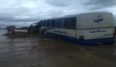 Vehículos llegan a Alberdi con ayuda de tractores