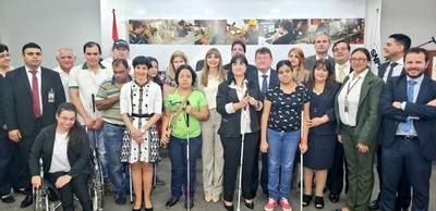 Acuerdan convenio para la formación laboral de personas con discapacidad visual