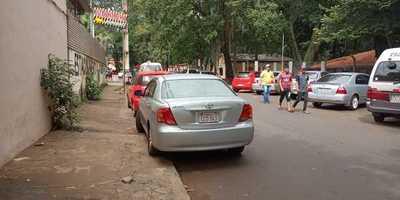 Estacionan en veredas, detrás de la Municipalidad de CDE