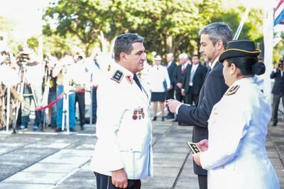Jefes policiales promovidos reciben bastones de mando