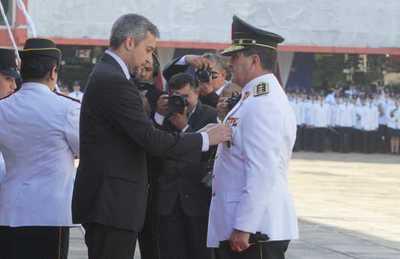 Entregan bastones de mando y medallas al mérito a jefes policiales