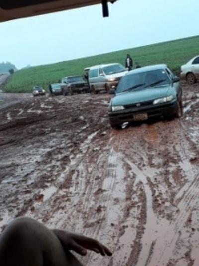 Varios vehículos quedaron varados en un camino fangoso en Itapúa