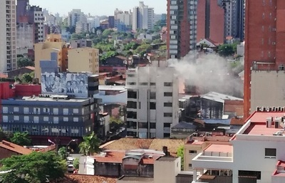 Reportan incendio de edificio céntrico