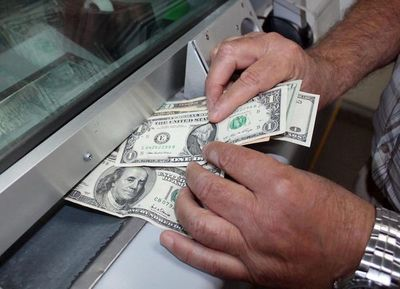 El precio del dólar podría llegar incluso a G. 6.400, según Dende