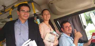 Regalan libros en buses en Ciudad del Este para incentivar la lectura
