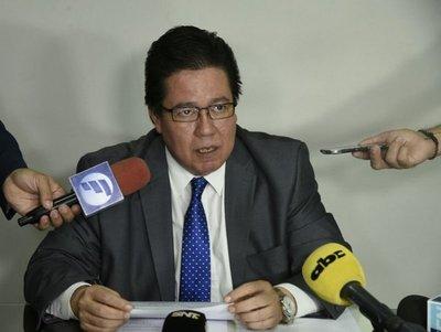 Cobarde contralor renuncia durante debate de su juicio político