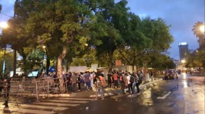 Senado trata hoy desbloqueo: llegan manifestantes y calles están clausuradas