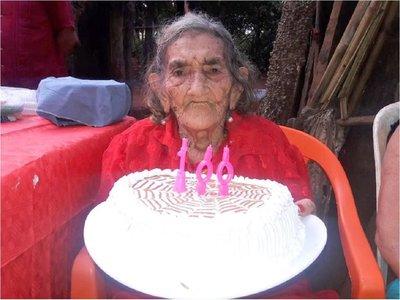 Celebran los 100 años de una vecina y piden que la asistan