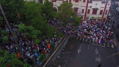HOY / Desbloqueo: manifestantes abuchearon a Calé y pidieron no seguir la sesión