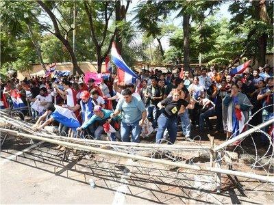 Desbloqueo de listas: Manifestantes tumban barreras y aumenta tensión frente al Congreso