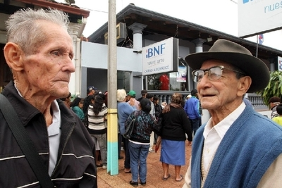 Adultos mayores, herederos y pensionados cobran sus haberes el martes 30