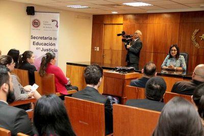 Estudiantes de CDE se instruyen sobre el Poder Judicial