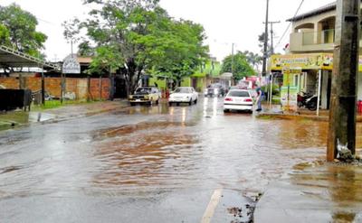 Nuevo asfalto se inunda por falta de un desagüe