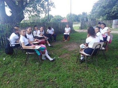 Un grupo de alumnos retoma clases en Puerto Pinasco