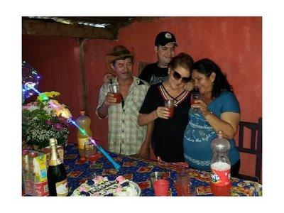 Mujer esteña festeja su cumpleaños con madre de Edelio