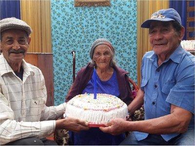 Abuela cumple 100 años y afirma que el secreto es una vida tranquila