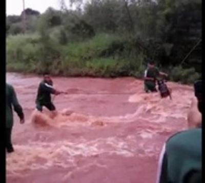 Alumnos exponen sus vidas cruzando caudaloso arroyo con cada lluvia