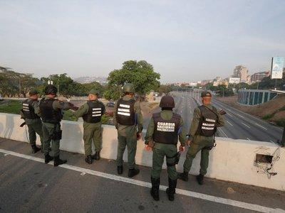 """Gobierno de Maduro dice estar """"enfrentando y desactivando"""" un golpe de Estado"""