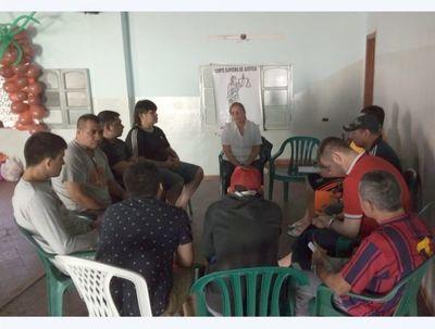Grupo terapéutico de CSJ visitó a internos de Tacumbú