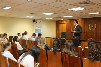 Informan a universitarios sobre funciones de la Corte