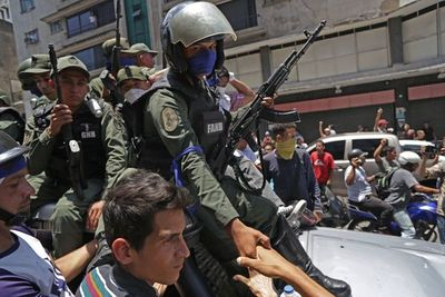 Militares y manifestantes opositores chocan en Caracas