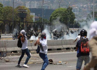 Militares chavistas reprimen a tiros a los manifestantes