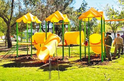 Instalan parques infantiles en plazas