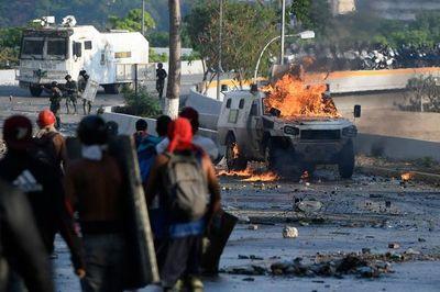 """Maduro y militares venezolanos se declaran en ofensiva contra """"golpistas"""""""