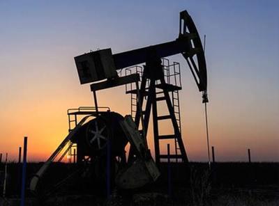 Nuevo récord de producción de EEUU desinfla precio del petróleo