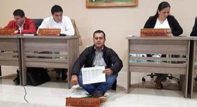 Caazapá: con sentata Consejal de Tavaí exige merienda escolar inmediata