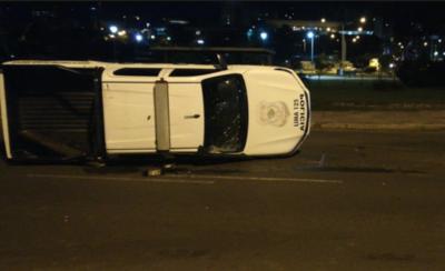 Choque y vuelco en la Costanera: tres policías heridos y tráfico caótico
