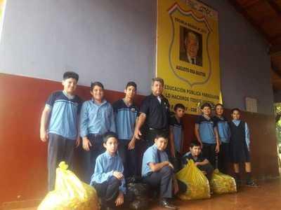 """Alumnos de escuela juntan más de 12 mil tapitas para """"caminero ecológico"""""""