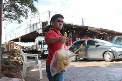 """""""Polli"""", el vendedor  de gallinas más pequeño del país"""