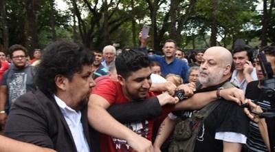 ESTA VEZ PAYO QUEDÓ EMPAPADO: FUE A VOTAR Y KELEMBU LE RECIBIÓ ARROJÁNDOLE AGUA