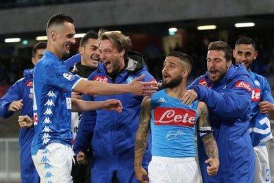 Nápoles gana en el descuento al Cagliari