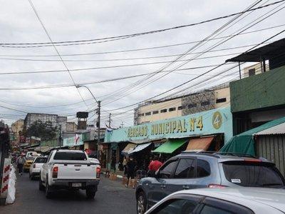 Edificio moderno y puestos hacinados y precarios contrastan en Mercado 4